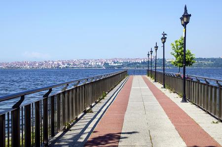 Der See Kucukcekmece (türkisch: Kucukcekmece Golu) ist eine Lagune zwischen den Kucukcekmece, Esenyurt und Avcilar Bezirken der europäischen Teil der Provinz Istanbul, im Nordwesten der Türkei. Standard-Bild - 71015263