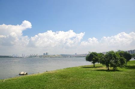 See, weiße Wolken und grüne Felder Landschaft. Der See Kucukcekmece (türkisch: Kucukcekmece Golu) ist eine Lagune zwischen den Kucukcekmece Esenyurt und Avcilar Bezirken der europäischen Teil der Provinz Istanbul, im Nordwesten der Türkei. Standard-Bild - 71015262