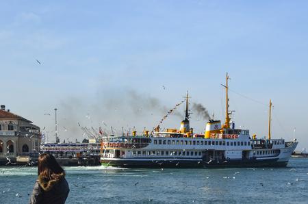 Istanbul, Türkei - 2. Februar 2014: Alte Kadikoy Fähren Pier und Istanbul Fähren (genannt Vapur auf Türkisch) weiterhin als eine wichtige öffentliche Verkehrsanbindung für viele Tausende von Pendlern, Touristen und Fahrzeugen pro Tag dienen. Standard-Bild - 68685263