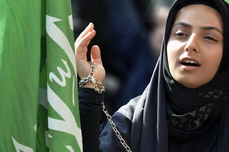 Istanbul, Türkei - 11. Oktober 2016: Schi moslemische Frauen trauern während Ashura. Schiitische muslimische Frauen halten ihre Kettenhände hoch, während sie während einer Ashura-Prozession trauern. Türkische Schiiten Muslime Trauer um Imam Hussain. Standard-Bild - 75291156