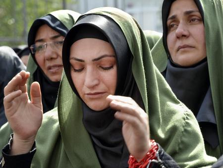 kemal: Istanbul, Turkey - October 11, 2016: Shia Muslim women mourn during an Ashura. Turkish Shia Muslims mourning for Imam Hussain. Editorial