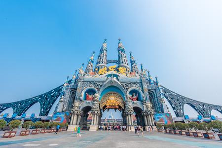 Landscape view of the entrance of an amusement park