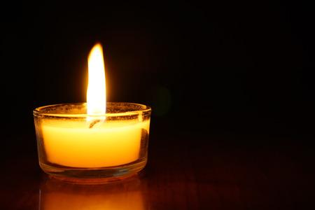 촛불 어두운 배경에 빛 불꽃입니다. 스톡 콘텐츠