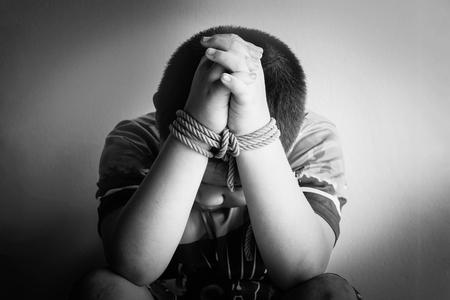 maltrato infantil: foto de los niños mano atada, encarcelar, retrasado, Abuso de niños en tono blanco