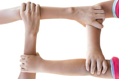 la union hace la fuerza: manos que sostienen entre s� los brazos haciendo fuerza en el fondo blanco