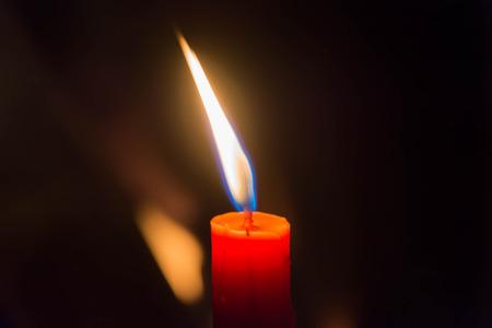 luz de velas: luz de las velas en el fondo negro