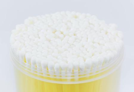 utiles de aseo personal: bastoncillos de algod�n en el fondo blanco Foto de archivo
