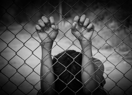 감옥에 갇히고, 감옥에 빠진 소년, 흰 색조의 아동 학대