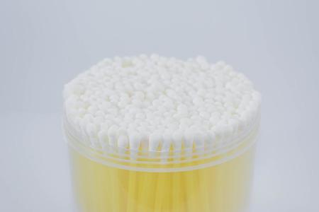 utiles de aseo personal: bastoncillos de algodón en el fondo blanco Foto de archivo