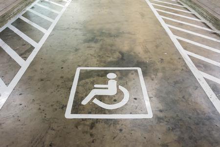 paraplegico: Muestra de la desventaja reserva de aparcamiento en el fondo de concreto