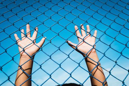 de jongen die de kooi, gevangen gezet, achtergebleven, Kindermishandeling met hemelachtergrond