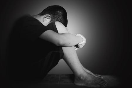 Photo de visage de couverture des enfants à la main avec la tête basse, d'emprisonner, retardé, la maltraitance des enfants dans le ton blanc avec le bord de l'ombre Banque d'images - 65804262