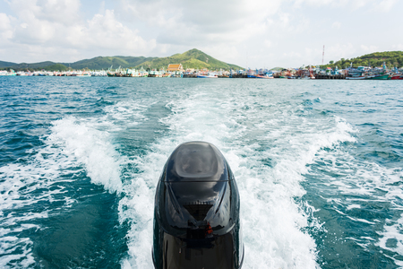 Engines of speed boat with Full Speed Drive in Gulf ot Thailand.  Standard-Bild