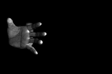 Mano de mujer saliendo de la oscuridad