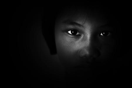verdriet en depressief meisje, verstrooid, kindermishandeling in witte toon