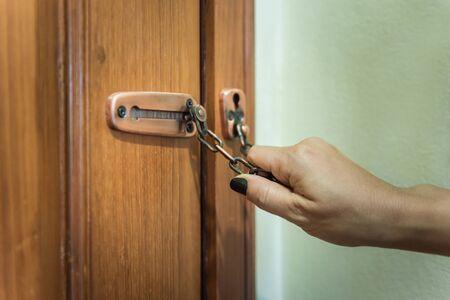 Hand der Frau gesperrt Reifenkette für Sicherheit im Haus Standard-Bild