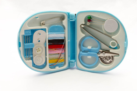 kit de costura: Viajando kit de costura, aisladas sobre fondo blanco.