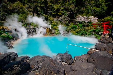 海地獄 (海地獄) は、卵、青い水を沸騰の池を備え、別府で様々 な地獄を表す観光スポットのひとつです。ホットの 8 の 1 つは大分の温泉します。 写真素材 - 77231612