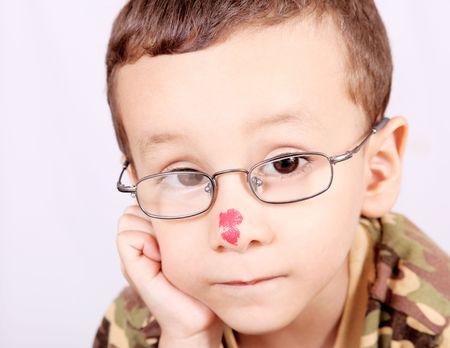 Niño con lentes pensando y mirando la cámara Foto de archivo - 5955185