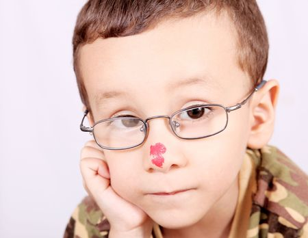 Ni�o con lentes pensando y mirando la c�mara Foto de archivo - 5955185