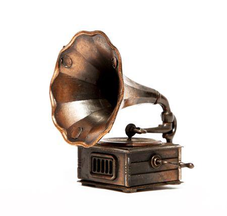 Oude bronzen fonograaf over witte achtergrond. Geïsoleerd Stockfoto