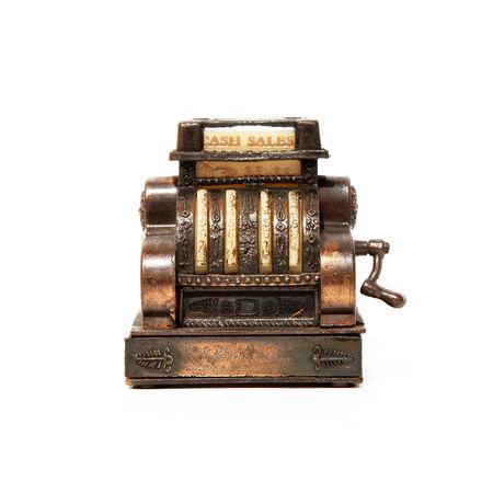 caja registradora: Vieja m�quina calculadora de bronce sobre fondo blanco