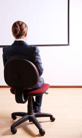 mujeres de espalda: Parte trasera de una mujer joven en una silla de Oficina Foto de archivo