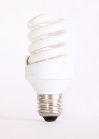 bombillo ahorrador: Un bulbo de protector sobre fondo blanco. onely un objeto