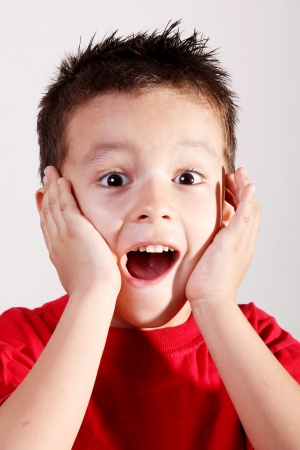 asombro: Ni�os de 4 a 5 a�os de edad, maravillado con sus manos en su rostro sobre fondo blanco