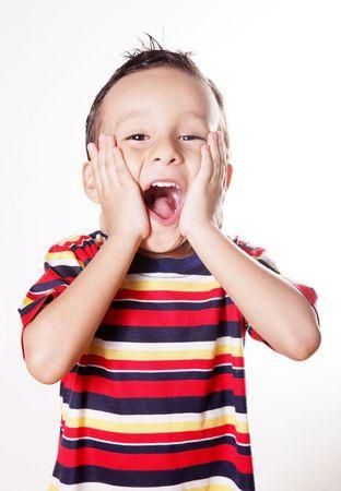 enfants qui rient: Enfant � exprimer la surprise et de bonheur avec ses mains dans son visage  Banque d'images