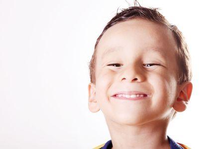 ni�os riendose: Ni�o sonriente sobre fondo blanco. Cuatro a�os de edad