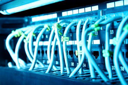 equipos: Cables de red con luz azul. Imagen de la tecnolog�a