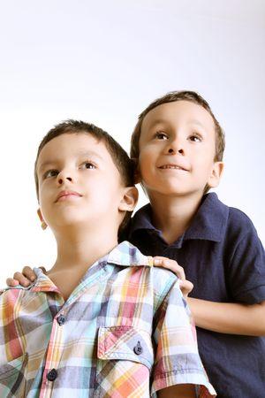 five years old: Bambini guardando sorpreso. Quattro e cinque anni