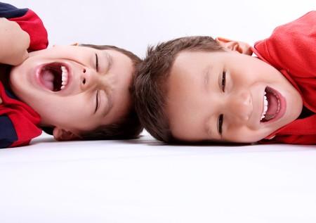enfants qui rient: Les enfants riaient sur fond blanc. Concepts: jouer et s'amuser