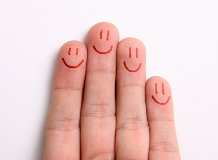 fidelidad: Dedos que representa una familia dibujar caras felices en la punta de los dedos