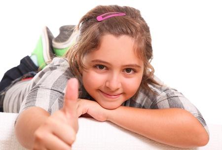 positivismo: Chica mostrando su pulgar como un gesto de positivismo