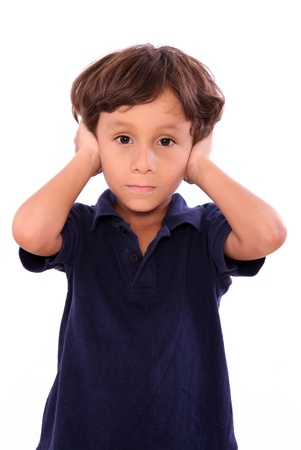 scared child: ni�o tap�ndose las orejas con blusa azul aislado sobre fondo blanco Foto de archivo