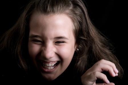 photo noir et blanc d'une jeune fille en riant aux éclats