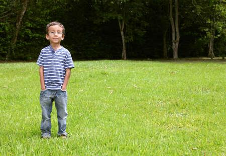 Niño mirando a la cámara en el parque Foto de archivo