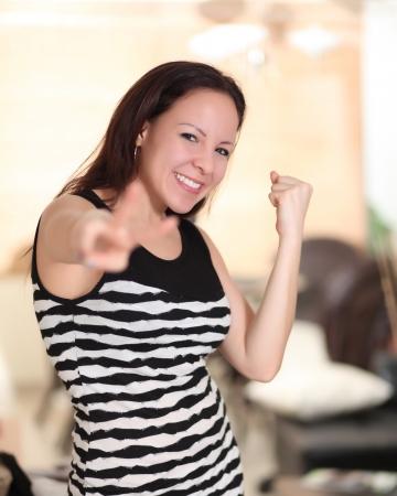 Femme heureuse c�l�brer �tre un gagnant avec beaucoup d'�nergie Banque d'images