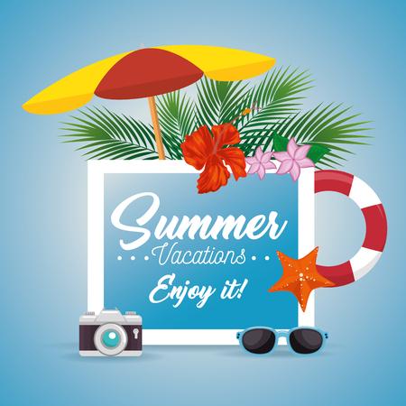 夏の休暇は熱帯の花、葉と署名し、青い背景上の関連 objectos のビーチします。ベクトルの図。