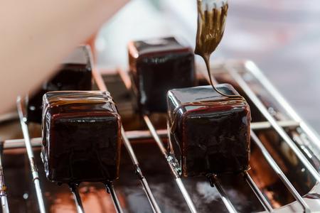 Decorating mousse cakes with caramel Archivio Fotografico