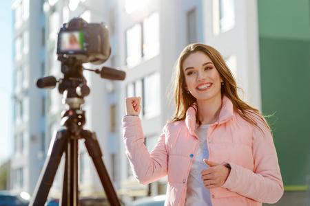 Female blogger reviews estate Imagens - 109659077