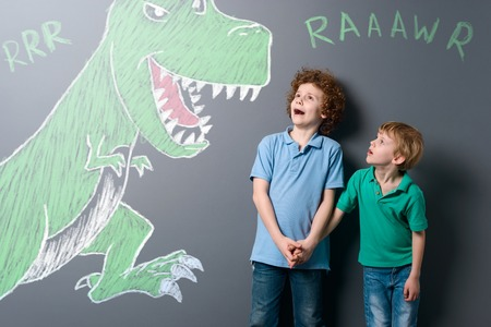 Frightened boys and enormous dinosaur Banque d'images - 110034197