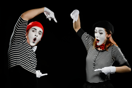 Mimes points at something invisible Banque d'images - 110398392