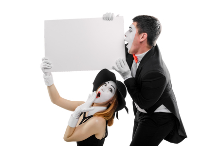 Two mimes holding blank placard Banque d'images - 110484575
