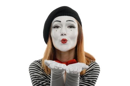 La femme envoie des baisers volants