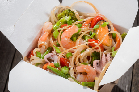 Noodles with vegetables and seafood 免版税图像