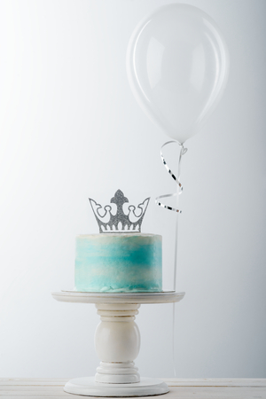 Cake with crown and balloon