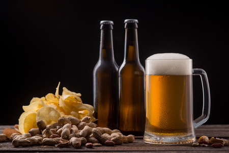Beer, chips and peanuts Imagens